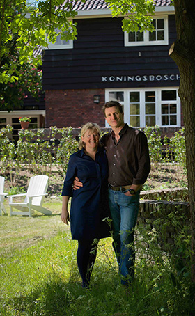 Saskia en Rob in tuin LR